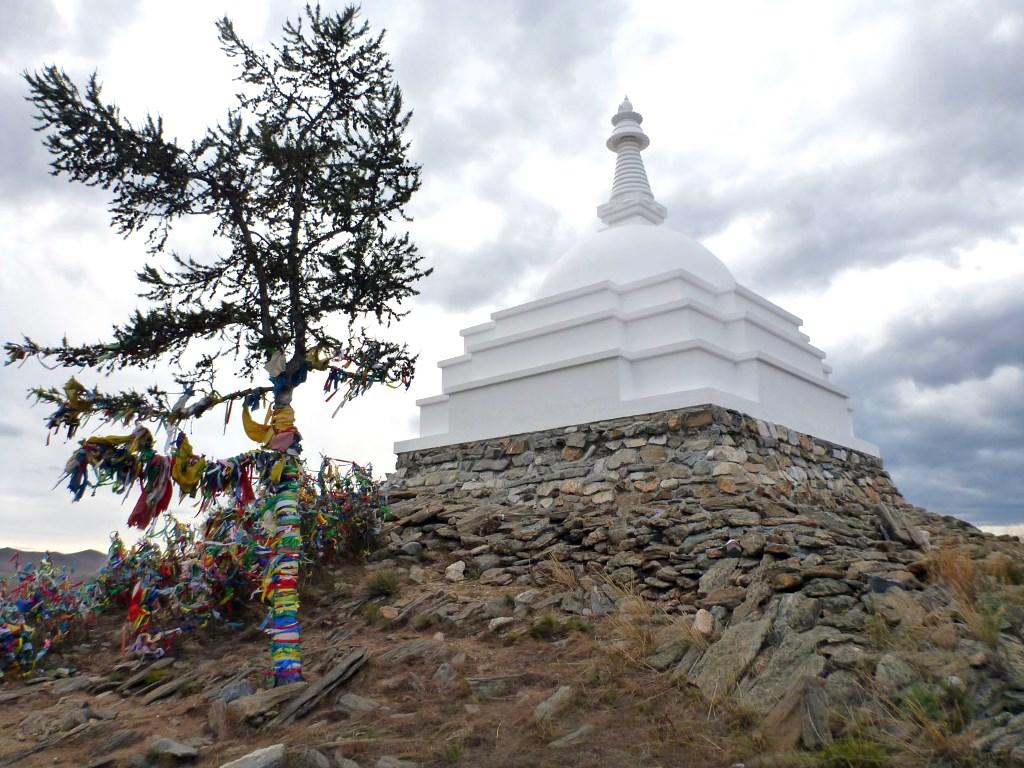 Буддийская ступа на острове Огой, Байкал. Фото: CC-BY-SA 4.0 Wikipedia/GeorgiyK