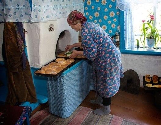 Бабушка Надежда Шишлова у печи
