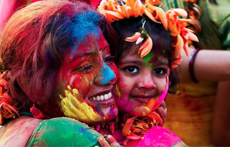 Индианка с дочерью на празднике Холи