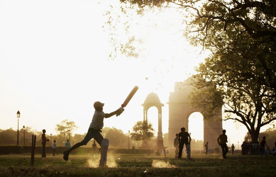 Дети играют в крикет в парке рядом с триумфальной аркой India Gate. Фото: daypic.ru