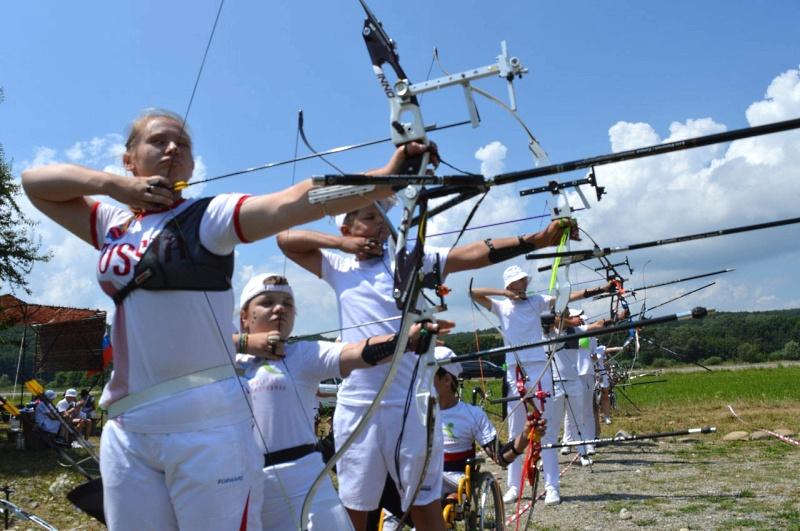 Лучница Дарина Иващенко (на переднем плане) и другие участники турнира